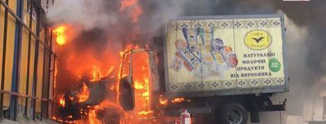 У Києві загорілась вантажівка: вогонь перекинувся на харчовий ринок