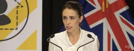 В блузке с бантом и твидовой юбке: новый аутфит премьер-министра Новой Зеландии