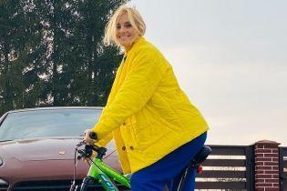 В желтой куртке и на велосипеде: Ирина Федишин показала, как развлекается на карантине
