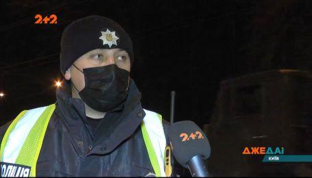 На виїзді з Києва водійка легковика вирішила повернути у забороненому місці і зчинила ДТП