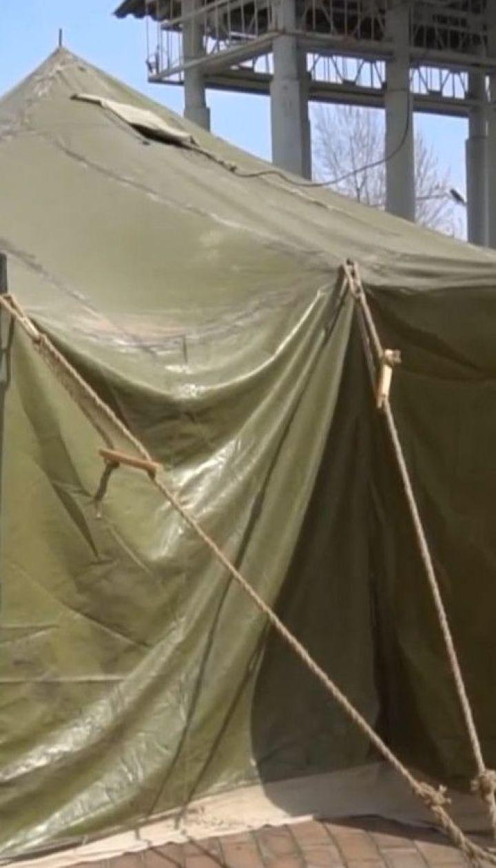 Возле больниц в Житомире обустраивают палатки для приема больных