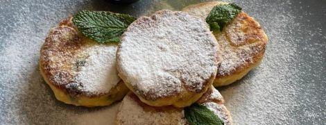 Рецепт нежных сырников с изюмом: готовим вкусный завтрак на карантине
