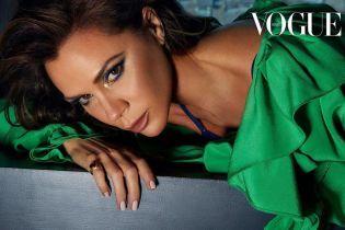 Млосна Вікторія Бекхем у мінісукні показала стрункі ніжки у Vogue