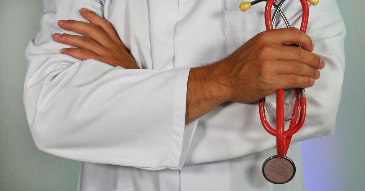 Британский производитель фетиш-оборудования отдал даром свою медицинскую униформу врачам