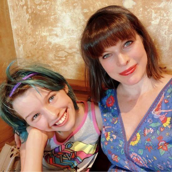 Міла Йовович показала, як її 12-річна донька виразно читає російською