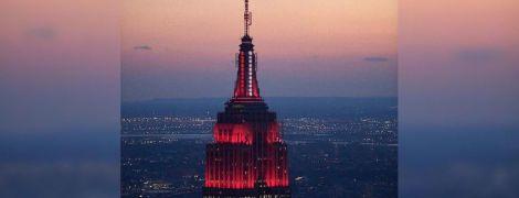 Сердцебиение Америки: Эмпайр-стейт-билдинг подсветили красным в честь борцов с COVID-19