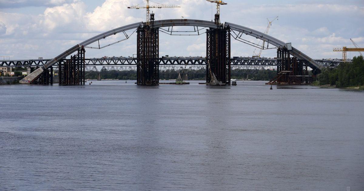 У справі про розкрадання коштів на будівництві Подільського мосту провели 17 обшуків