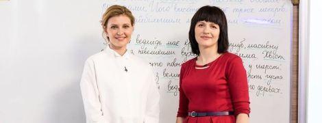 С элегантной прической и в рубиновых штанах: Елена Зеленская приняла участие в съемках онлайн-урока