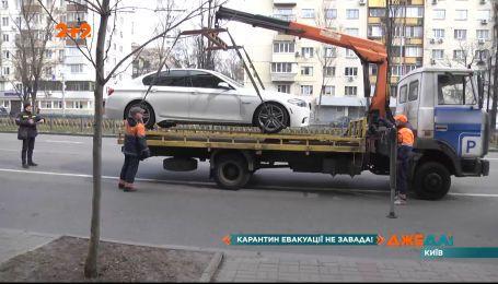 Киевские водители продолжают нарушать правила парковки даже на пустых улицах