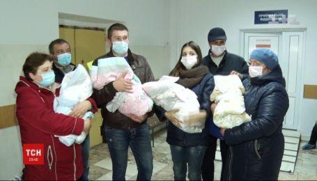 Новонароджених унікальних дівчаток-близнючок виписали додому у Кропивницькому