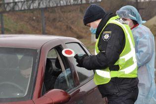 В українських регіонах перекривають дороги через спалах коронавірусу: куди вже не проїхати