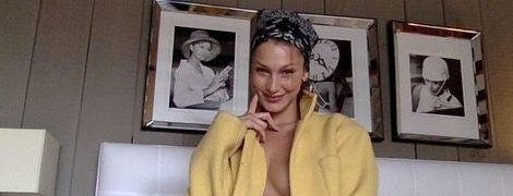 Майже топлес на ліжку: Белла Хадід влаштувала відвертий фотосет вдома