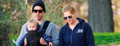 Ничего не боятся: Эми Шумер с маленьким сыном и мужем снова на прогулке