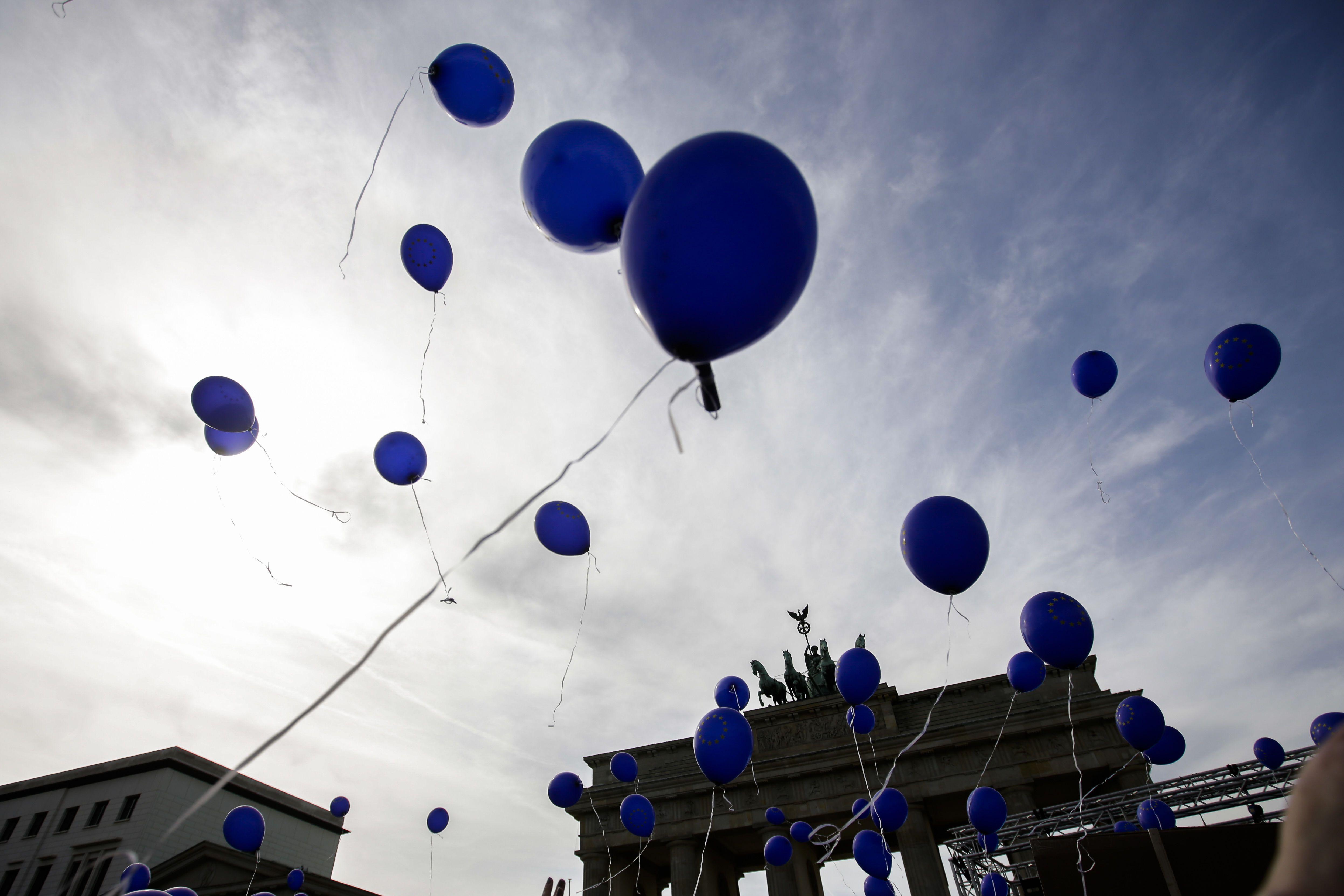 сині повітряні кульки, день про поширення інформації про аутизм