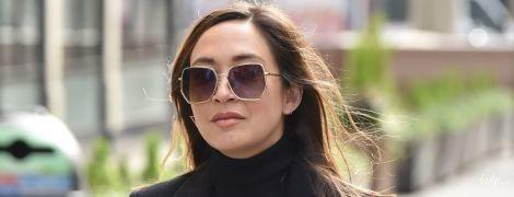 В образі total black і з сумкою Chanel: 41-річна британська співачка по дорозі на роботу