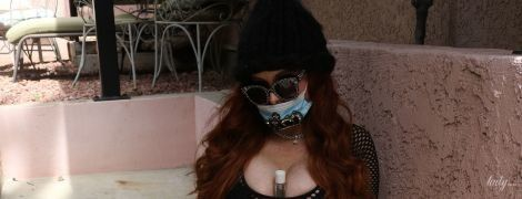 В мінішортах і з антисептиком між грудьми: 47-річна акторка у провокаційному вбранні позувала перед папараці