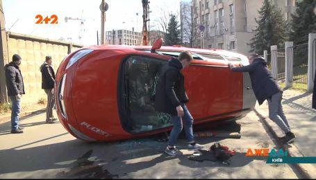 Приліг відпочити посеред дороги: в середмісті столиці перекинулось авто