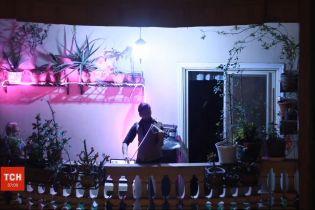 Студент-скрипаль с Єгипту розважає сусідів імпровізованим концертом