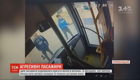 Хулиганство в Кропивницком: двое пассажиров разбили кирпичом окно автобуса