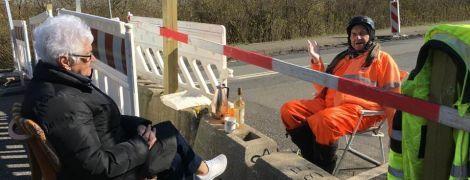 89-летний немец и 85-летняя датчанка на карантине ходят на свидание на границе двух стран