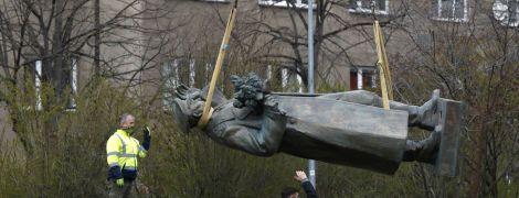 В Праге демонтировали памятник маршалу Коневу, Москва возмущена