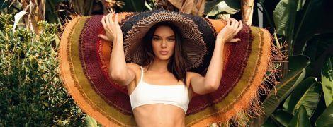 В бікіні і у величезному капелюсі: Кендалл Дженнер у новому фотосеті позувала в тропіках