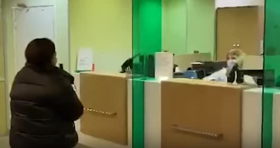 Карантин в Росії: працівниця банку відігнала клієнтку без маски і кинула в неї гроші