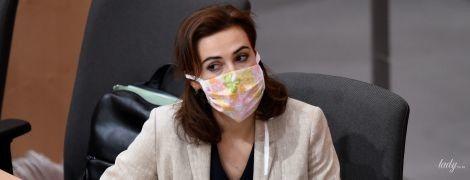 У масці з квітами і в сукні з вирізом: міністерка юстиції Австрії на засіданні в парламенті