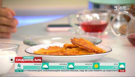 """Ведущие """"Сніданку"""" приготовили морковные драники в студии"""