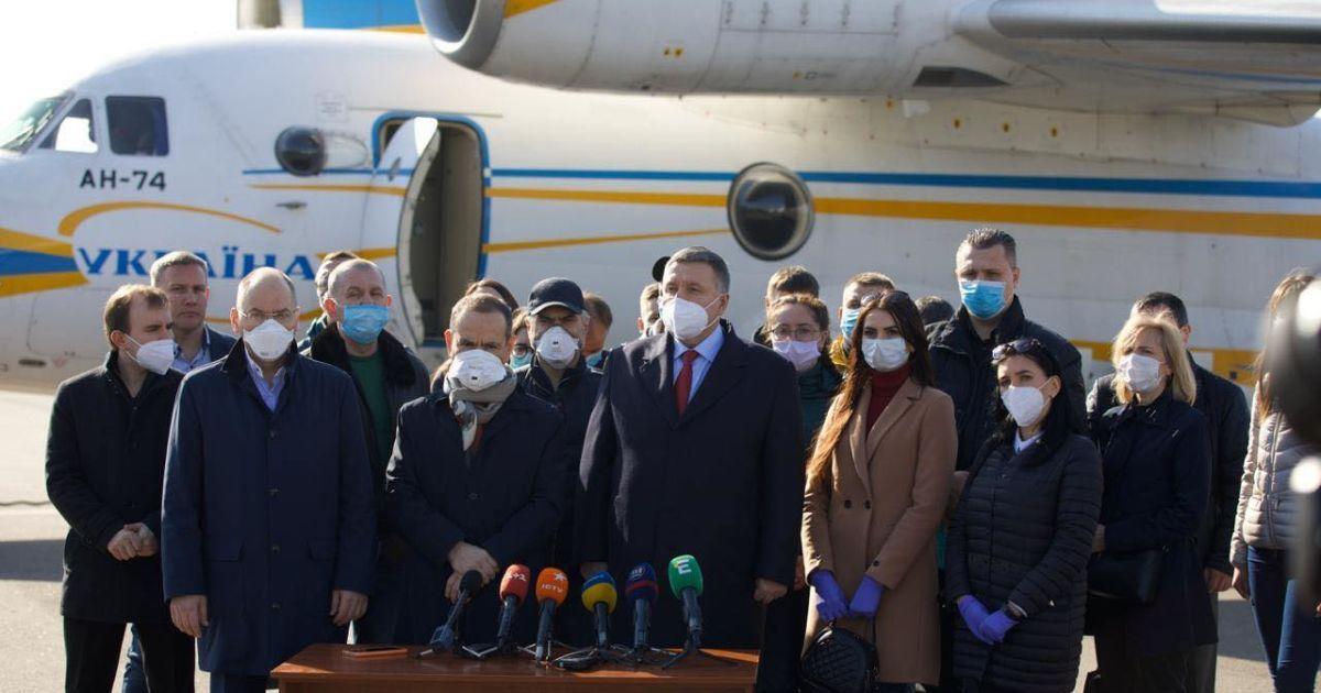 Украинские медики уже прилетели в Италию бороться с коронавирусом, также стране отправят дезинфекторы