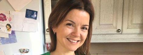 В зеленом кардигане и без макияжа: Маричка Падалко поделилась рецептом пиццы с сыром и грибами