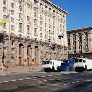 В Киеве Нацгвардия на спецавтомобилях дезинфицирует улицы