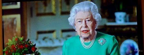 В изумрудном платье и с красной помадой на губах: королева Елизавета II обратилась к нации