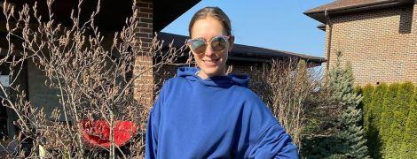 В синем костюме и зеркальных очках: Катя Осадчая провела выходные на воздухе
