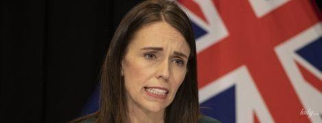 В зеленом платье и с экстравагантным украшением: эффектный аутфит премьер-министра Новой Зеландии
