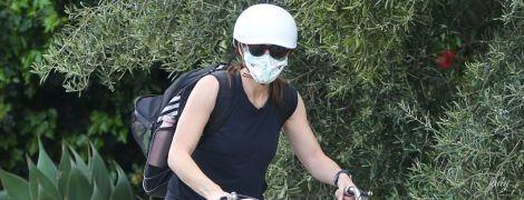 В шлеме, очках и маске: Дженнифер Гарнер на велопрогулке