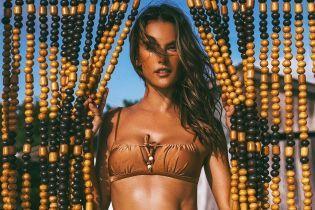 Красуня в бронзовому купальнику: Алессандра Амбросіо позувала на пляжі