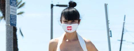 В туалетной бумаге вместо платья: 53-летняя американская актриса устроила провокацию на улицах Лос-Анджелеса
