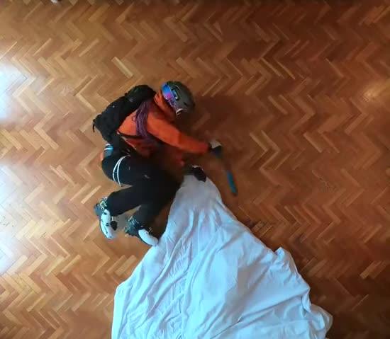 """Іспанський фрірайдер """"підкорив"""" вершину просто у вітальні і зняв це на відео"""