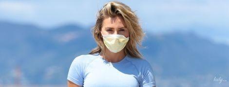 В маске и голубых мини-шортах: сексуальная 26-летняя звезда Playboy прогулялась по пляжу