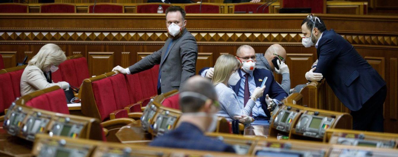 Пандемія коронавірусу: відомо, яку суму ВР витрачає на маски та дезінфектори для депутатів