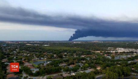 Авто в огне: во Флориде у аэродрома вспыхнула стоянка с машинами