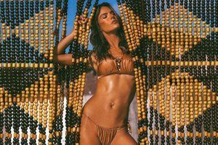 Ах, яка фігура: Алессандра Амбросіо в бікіні показала барвисті пляжні кадри
