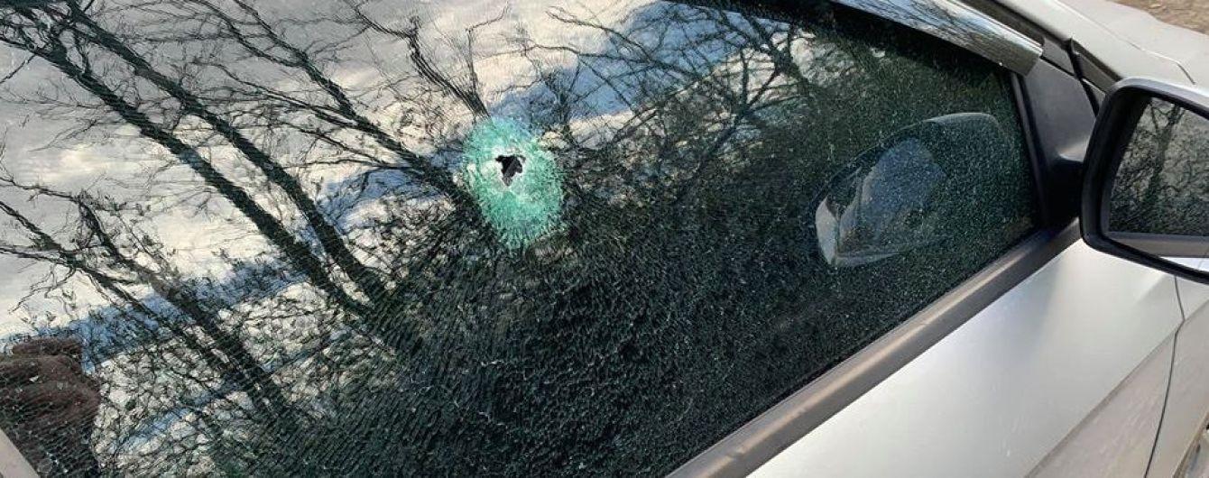 Бойовики на Донбасі обстріляли автомобіль із журналістами