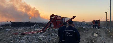 У Львівській області потужно палає велике сміттєзвалище