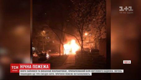 Пожежа в Одесі: вогонь з мікроавтобуса перекинувся на три сусідні автівки