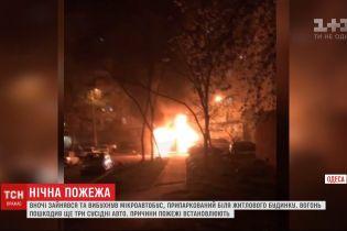 Пожар в Одессе: огонь из микроавтобуса перевернулся на три соседние машины