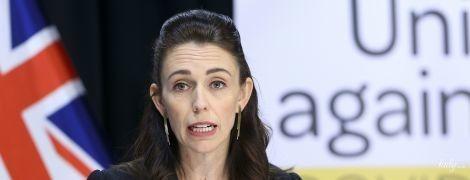 В деловом костюме и блузке с акварельными разводами: премьер-министр Новой Зеландии на пресс-конференции