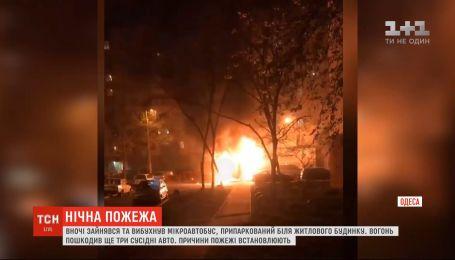 В Одессе ночью загорелся и взорвался микроавтобус, припаркованный возле жилого дома