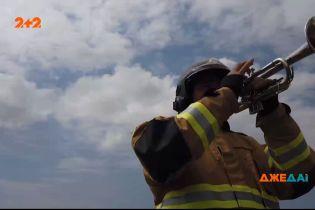 У Ріо-де-Жанейро пожежник піднімає дух місцевим мешканцям грою на трубі